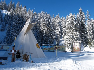 http://loupgris.typepad.fr/photos/uncategorized/2008/01/30/camp_indien_campement_tipi_teppe_ti.jpg