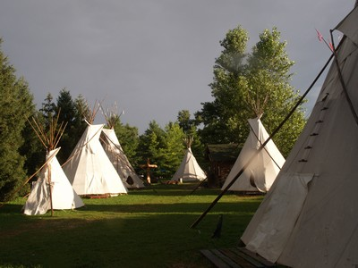 Camp_de_loup_gris_tipi_grand_parc_m
